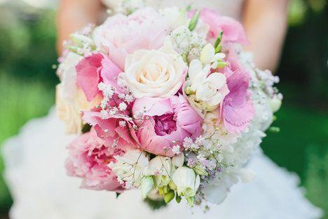 Nádherná kytice z různých druhů růží, pivoněk, frézií, tulipánů v něžných bílo-růžových odstínech. Dojem načechranosti dodá Gypsophila, nevěstin závoj. Tyto kytice podle velikosti pořídíte od 1300 do 2000 Kč; La Florista