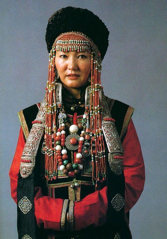 Frauentracht der südmongolischen Üzemchin - Women's clothes of South Mongolian Üzemchin. [National Museum of Mongolia Urjanchai, Ulan Bator]