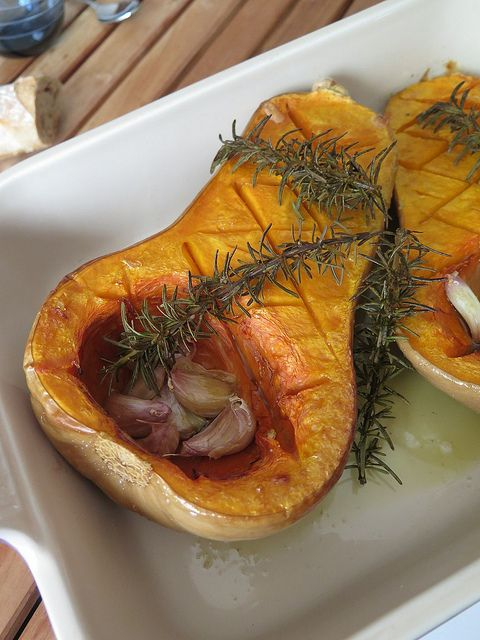 butternut rôtie au four  (4 à 6 personnes) 1 courge butternut 10 gousses d'ail Huile d'olive 2 brins de romarin Sel, poivre