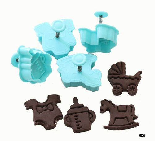 http://www.crealonkie.nl/baby Baby thema Leuke koekjes uit de Baby plunger cutter set die je ook voor de taart of cupcakes kunt gebruiken.  Kleur het koekje of bekleed het met fondant en je hebt de mooiste koekjes of taart decoratie.     Wij hebben hierin een beertje, rompertje, schoentje, hobbelpaard, drinkflesje en een kinderwagen
