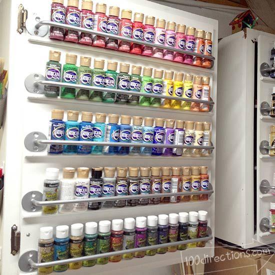 Organize craft paint on a cabinet door ---  wir wissen alle, dass wir sowieso nie genug Platz haben für unser ganzes Zeugs :D