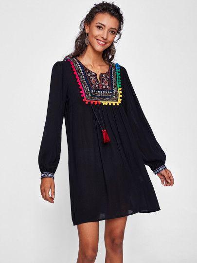 Vestido con ribete de pompones de bordado de canesú