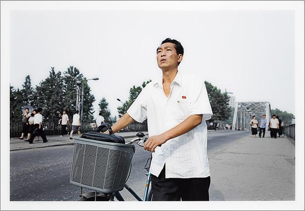 CHANCEL Philippe. L'homme qui marche, 2005, tirage lambda.