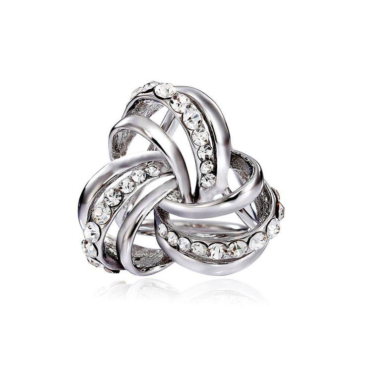 Exluzívny prstenec s luxusným dizajnom nazývaný Keltský uzol. Prstenec je zdobený žiarivými kamienkami pre výrazný dizajn. Celá ozdoba je pozlátená a obsahuje trio krúžkov, slúžiace na prevlečenie hodvábnej šatky alebo šálu. Prstenec je druh spony na šatky, ktorý obsahuje trojitý krúžok na prevliakanie šatiek a šálov. Skúste byť originálna a ozdobne si svoju hodvábnu šatku alebo hodvábny šál.