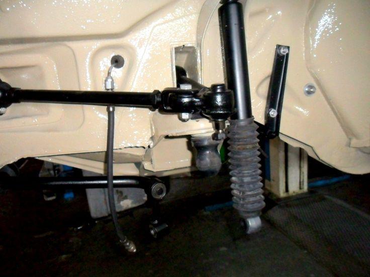Sospensione anteriore destra con bracci oscillanti e ammortizzatore montati di un'Alfa Romeo Giulia.