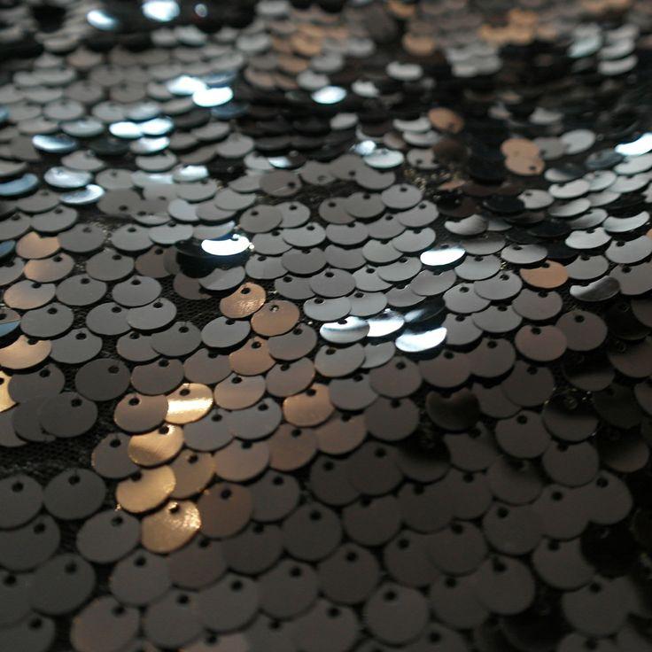 Paiete rotunde negre de 9 mm pe tul negru KX1837.  Latime (cm) 121 / 125; Diametru Paieta 9 mm;  Compozitie tul (%) Poliester 100%;