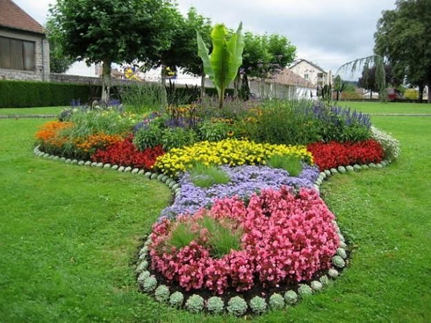 yard landscaping and backyard designs with flower beds.  some great ideas for the odd areas in the yard.