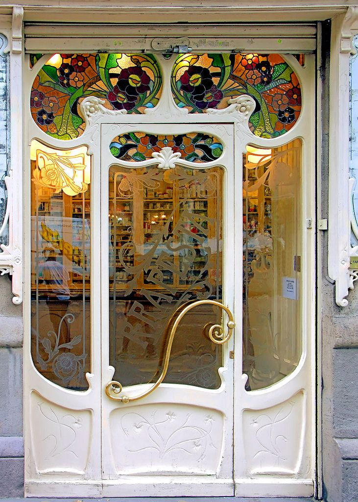 Porte d'une pharmacie à Sant Antoni, Barcelone, Espagne, Photo by Arnim Schulz.                                                                                                                                                                                 Plus