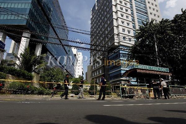 Olah TKP Kecelakaan Maut  Tim Laboratorium Forensik dari Mabes Polri, melakukan olah tempat kejadian perkara (TKP) kecelakaan maut di halte bus Tugu Tani, Jalan Ridwan Rais, Gambir, Jakarta Pusat, Selasa (24/1/2012). Petugas menandai sejumlah titik di lokasi kecelakaan maut yang melibatkan mobil Daihatsu Xenia berwarna hitam B 2479 XI dikemudikan tersangka Afriyani Susanti yang mengakibatkan 9 nyawa melayang dan 3 luka-luka.