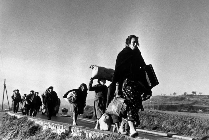 Capa. Refugiados huyendo hacia Francia ante la inminente caída de Barcelona. 25-27 de enero 1939.