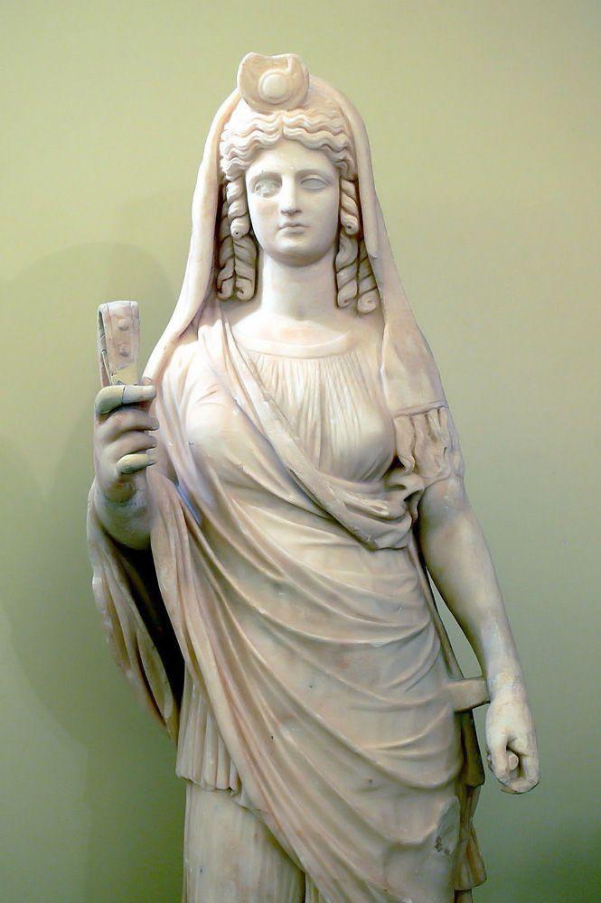 PERSÉFONE. Hija de Zeus y de Deméter, también llamada Kore, es raptada por Hades y se convierte en la reina del Inframundo.