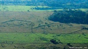 Geoglifos fotografados pelo LIDAR na Amazônia. Em 2015, um drone levando um aparelho LIDAR mapeou a Amazônia brasileira procurando evidências de ocupações humanas anteriores à chegada aos europeus. Uma equipe internacional liderada pelo arqueólogo José Iriarte, da Universidade de Exeter, Inglaterra, localizou, em locais onde a floresta foi derrubada, mais de 450 geoglifos de padrões geométricos. Acredita-se que existam muitos outros geoglifos escondidos abaixo da vegetação.