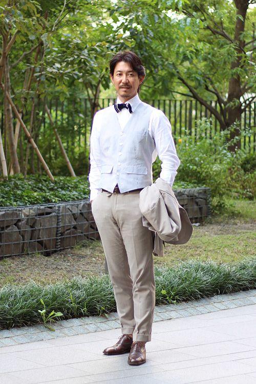 <結婚式 二次会 男性の服装カジュアル> ベージュのスーツにオッドベスト×蝶ネクタイ