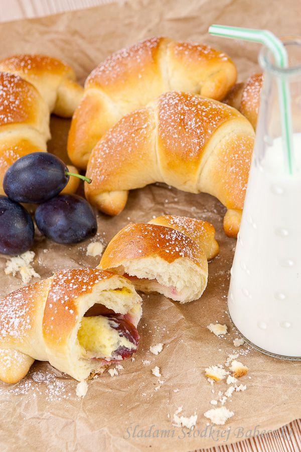 Rogaliki z budyniem i śliwkami | Croissants with custard and plums