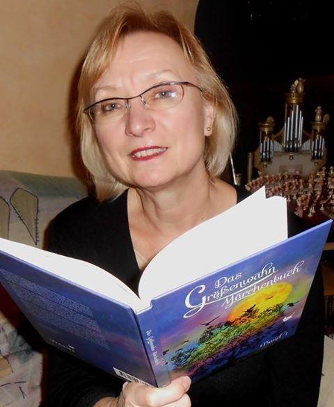 Die Gewinnerin des Märchenquizzes hat ihr Geschenk erhalten und liest vor: Das Größenwahn Märchenbuch  aus dem Größenwahn Verlag Frankfurt. www.groessenwahn-verlag.de