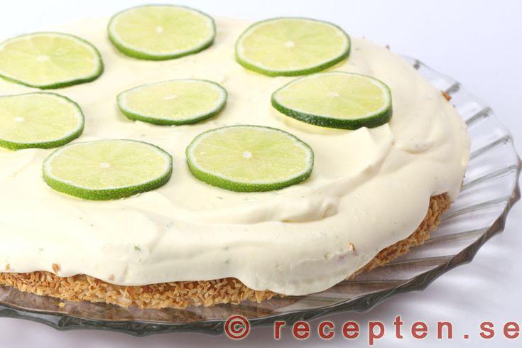 Limeglasstårta - Recept på en mycket god glasstårta med lime som består av lime-glass och en biskvi-liknande tårtbotten. Enkel att göra, glutenfri och går bra att förbereda.
