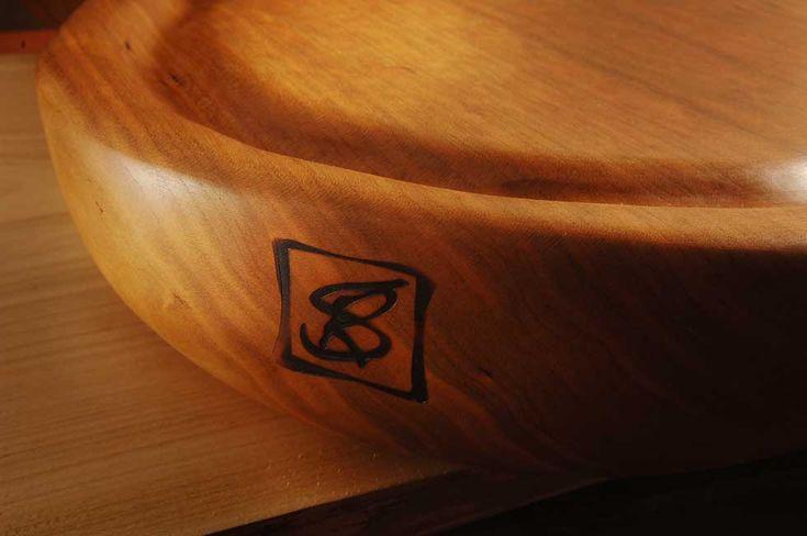 Tagliere in Ciliegio Americano dimensioni 57×42 cm spessore 6-8 cm circa. Questo tagliere è realizzato interamente a mano partendo da una tavola di massello, lavorata a scalpello e levigata per rendere ogni singolo pezzo unico e irripetibile.