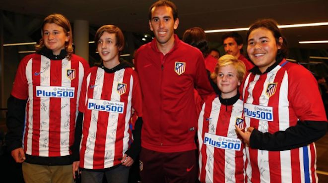 As much as many have complained about ticket prices and lack of the big stars for the ICC in Melbourne, young fans still enjoy meeting players from big name clubs – in this case, defender Diego Godin from Atletico Madrid who meet Spurs tonight. 29.07.16
