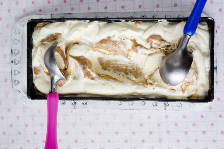 En iskrem i Elvis' ånd. Til isen trenger du en brødform på 1.5 l. Isen trenger minst 6 timers frysing før servering.