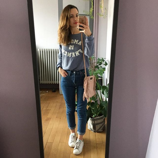 Samedi en ville je suis tombé par hasard sur le petit sweat que j'avais repéré sur internet 👍🏻 et moins cher en plus 😉. . . #outfit #outfits #sweat #jubylee #denim #501 #levis #basket #stansmith #sac #bag #maje #fashion #fashiondiaries #fashiondiary #leslooksdelisagrsd #lisagrsd #look #lookbook #newin