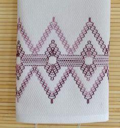 Esta toalla de té, hecha con hilo de Uva país del remolino, se crea utilizando el arte de la aguja de tejer sueco. La toalla mide 23 x 13 1/2, 100% algodón y totalmente cosido a mano. Use una toalla de plato, toalla de mano para los clientes, o cualquier número de usos. Terminado en mi