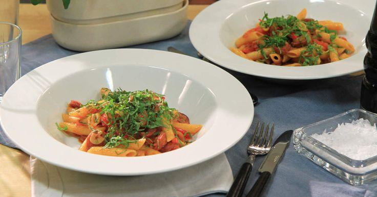 Med denna enkla men smakrika pasta har du middag på en kvart. Stekt chorizo med lök, paprika och tomater kokar ihop till en underbar pastasås. Toppa med färsk basilika och du är hemma.