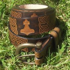 Ceinture artisanale en cuir marron , décor entrelas celtique et marteau de thor