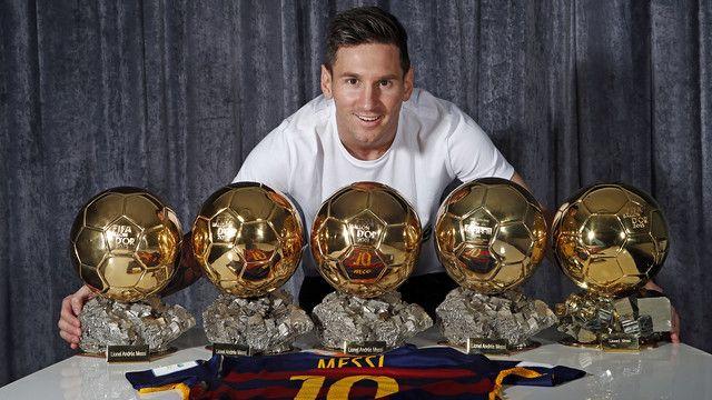 Leo Messi con los cinco Balones de Oro que ha conquistado / MIGUEL RUIZ - FCB