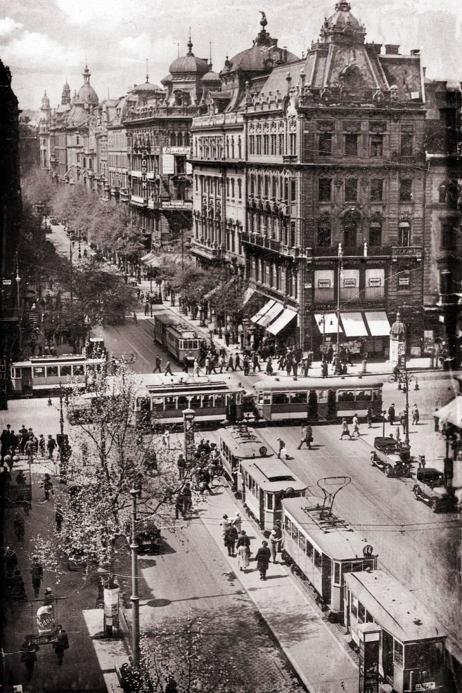 """Kilencven éve is káosz volt Budapest útjain  (Eng: """"Ninety years ago it was chaos on the roads of Budapest."""" - Doesn't look so bad to me...)"""