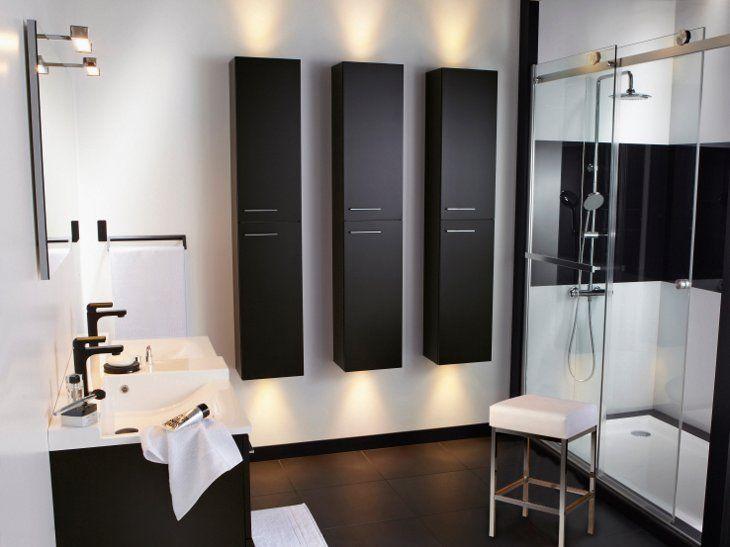 """Total look """"black & white"""" pour cette salle de bains résolument chic et plein de clarté. Réf. carrelage Building Gris Smoke n°1."""