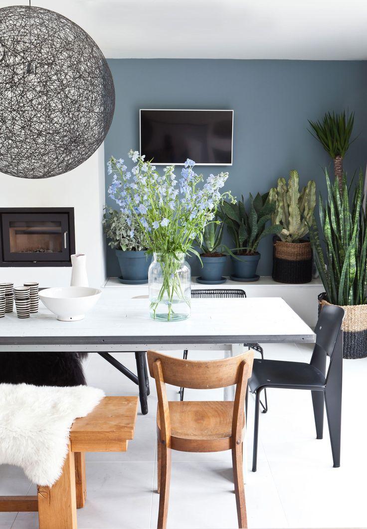 In aflevering 3 van het nieuwe seizoen zorgt styliste Marianne Luning dat Jeanine, Richard en hun drie kinderen weer verliefd worden op hun huis. #vtwonen #programma #sbs6 #interior #styling #weerverliefdopjehuis #diningtable #chairs #flowers #lamp