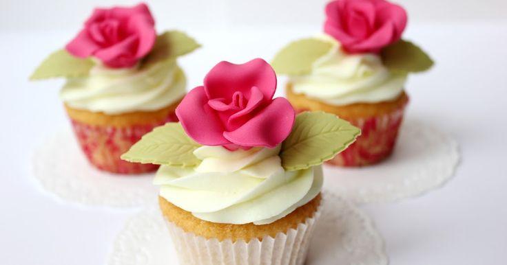 Cupcakes de textura sedosa e irresistible como un cuatro cuartos perfecto, envuelto en un jarabe simple y cubierto con buttercream suav...