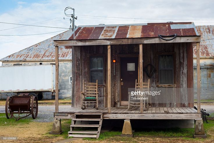 guest-shacks-hotel-rooms-at-the-shack-up-inn-cotton-sharecroppers-picture-id591359359 (1024×684)