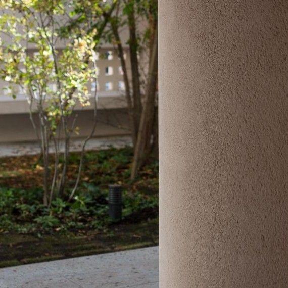 左官仕上げの外壁は工業製品にない温かい質感をもち、曲面壁にも用いやすい (旗の台の家)