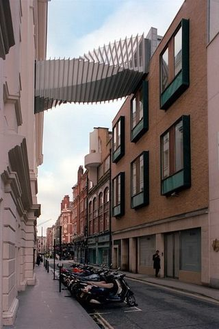 . Мост Стремления в Лондоне  Вращаясь высоко над Флорэл-Стрит в Лондоне, Мост Стремления обеспечивает танцоров Королевской Балетной школы прямой связью с Королевским Оперным театром. Награжденный многими призами дизайн обращается к серии сложных контекстных проблем и четкий и может рассматриваться, как полностью интегрированный компонент зданий, которые он связывает, и как независимый архитектурный элемент. Скошенное выравнивание и разные уровни входов диктуют форму пересечения, которая…