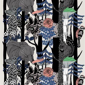Det ljuvliga tyget Veljekset från Marimekko har ett mönster skapat av formgivaren Maija Louekari. Mönstret är en hyllning till Finland som år 2017 firar 100 år som självständigt land. Tyget är inspirerat av den nordiska naturen och faunan - om du tittar noga kan du urskilja både hackspettar, ugglor, björnar, lodjur och ekorrar. Tyget kan användas till allt från gardiner, dukar eller kuddfodral och blir som många andra mönster från Marimekko ett färgsprakande element i ditt hem!