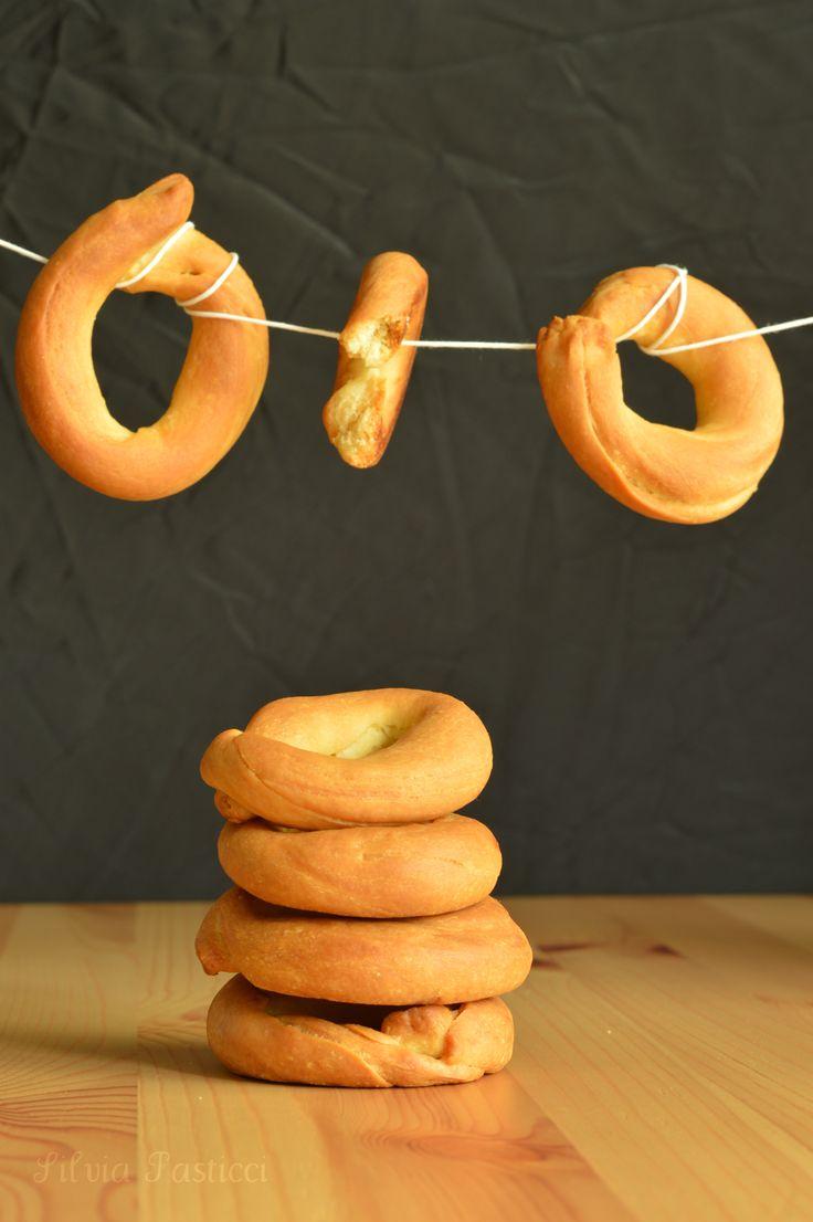 Oggi il Calendario del Cibo Italiano celebra la Giornata Nazionale del Canestrello. Che uno pensa subito a un biscotto dolce con il buco in mezzo: niente di più sbagliato! ci sono canestrelli di tanti tipi e non tutti hanno il… Leggi tutto