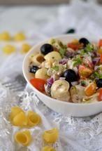 Pastasalade met tonijn, gewoonweg een waanzinnig lekkere combi. Deze gezonde versie van de pastasalade bevat geen mayonaise maar Griekse yoghurt. Dat maakt 'm romig, ontzettend lekker én ook nog eens een heel stuk gezonder dan gewone pastasalade. Recept via bron.