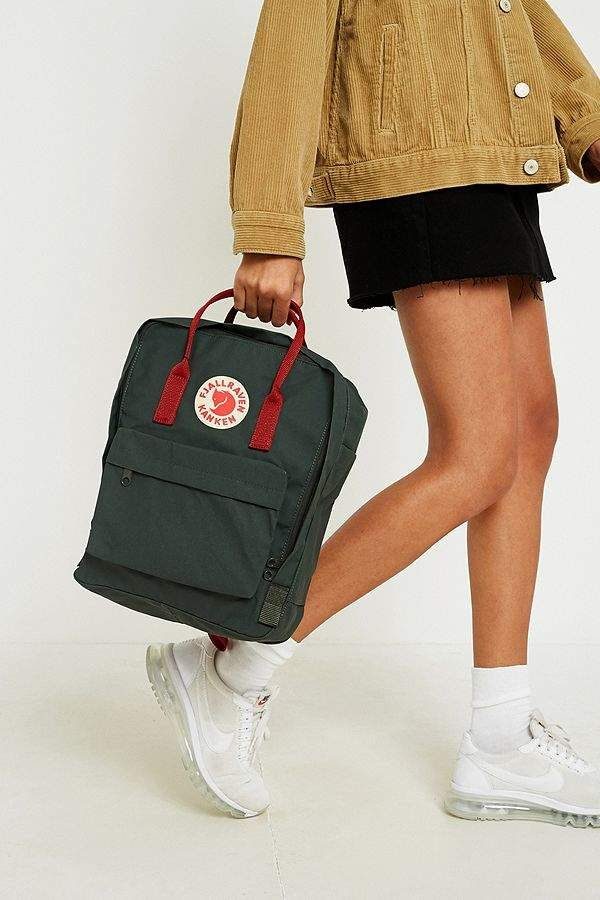 bd741a8f0a6 Fjallraven Kanken Forest Green Ox Red Backpack Urban Outfitters, Rugzakken,  Groen, Os,