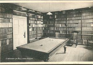 In diverse Engelse kasteel- en landhuisbibliotheken waren biljartzaal en bibliotheek in één ruimte verenigd, zoals op deze oude prentbriefkaart waarvan de locatie nog onbekend is