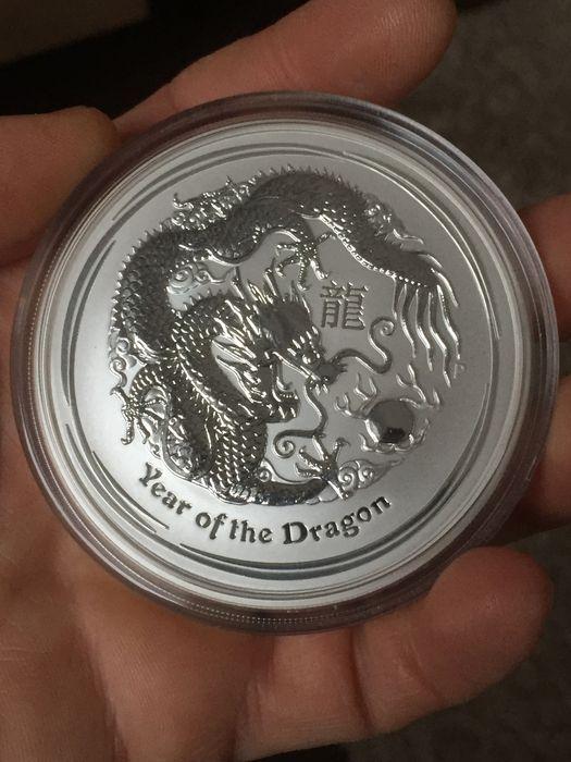 Australië - 8 AUD $ - Lunar II jaar van de Draak 2012 - 5 oz - 999 fijn zilver  999 zilveren - jaar van de draak 2012-5 oz - 1555 gram 999 zilverJaar van de draak 2012Vers geslagen - in capsule!Uitgegeven door de Perth Mint een paar jaar geleden en verkocht uit bijna overal!Jaar van de draak een van de meest populaire Lunar motieven van alles!Grote investering - zeer gewild bij verzamelaars. Wereldwijd zijn er alleen 31664 exemplaren.Die zeldzaam en vraag is altijd zijn waarde behoudt.999…