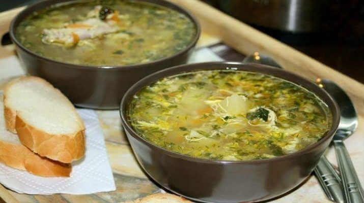Ингредиенты: 350 грамм куриных крылышек 1 головка лука 1 морковка 3 картошки 1 яйцо 35 миллилитров сливочного масла 10 грамм соли 2 грамма перца 5 стеблей укропа 2 литра жидкости Способ приготовления: 1.Сварить куриный бульон из крылышек. Бульон вариться на медленном огне 10 минут. 2.Нарезать картошку, всыпать в бульон, добавить соль, перец и оставить вариться …