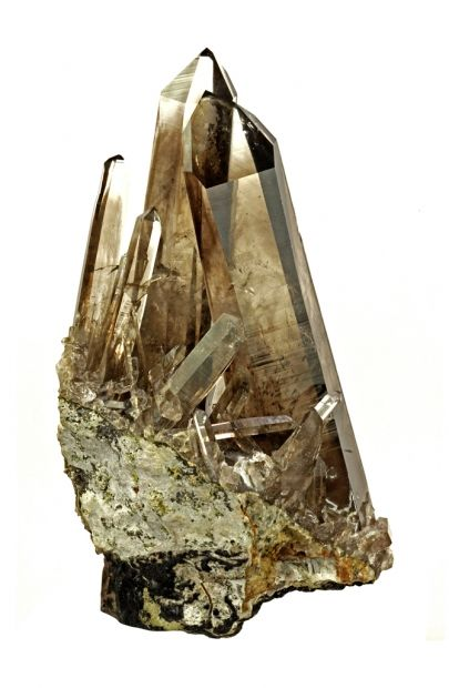 Smokey quartz varies in colour from reddish brown to yellow brown. The colour is caused by aluminium coupled with natural irradiation. The stone is used in both facets and cabochon. Facets increase the colour intensity, while cabochon facilitates the magical likeness of a drop of water. Smokey quartz is a stone that dosen't make a lot of fuss, but has an air of mystery about it.