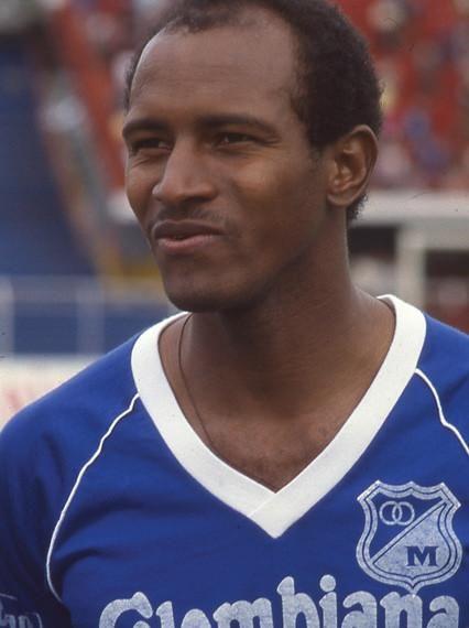 """Carlos Enrique """"la Gambeta"""" Estrada, un verdadero artista del balón, dejó lo mejor de su fútbol en Millonarios entre 1987 y 1989. ¡Magazo!"""