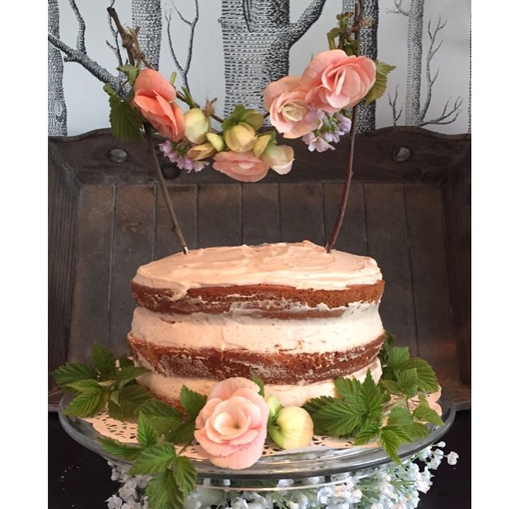 Naked cake, pink champagne and strawberries