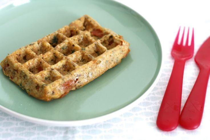 Hartige wafels. Men neme (voor 4wafels): – 80 gram speltmeel – 2eieren – 80 milliliter melk naar keuze – 2 handjes geraspte kaas – 1 eetlepel Italiaanse kruiden – 1 theelepel bakpoeder – groenten naar keuze: tomaat, platte peterselie gebruikt, maar paprika, courgette, ui enz. kan ook!