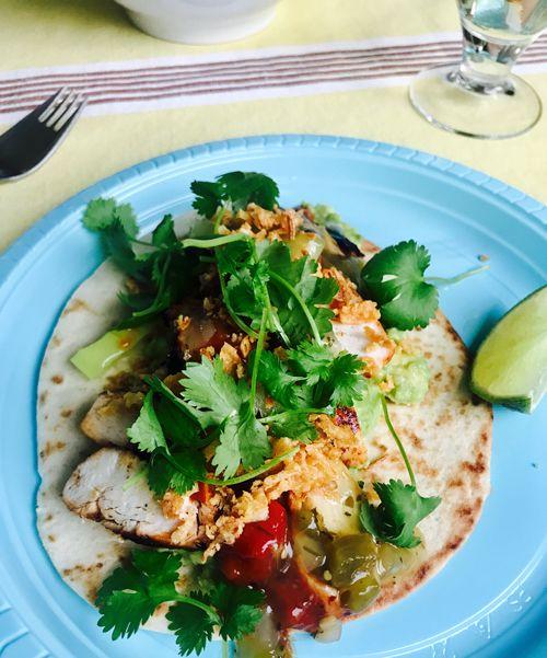 Ännu en överfull taco! På denna: guacamole, grillad kyckling, tomatillosalsa, tomatsalsa, rostad lök, koriander och lime.