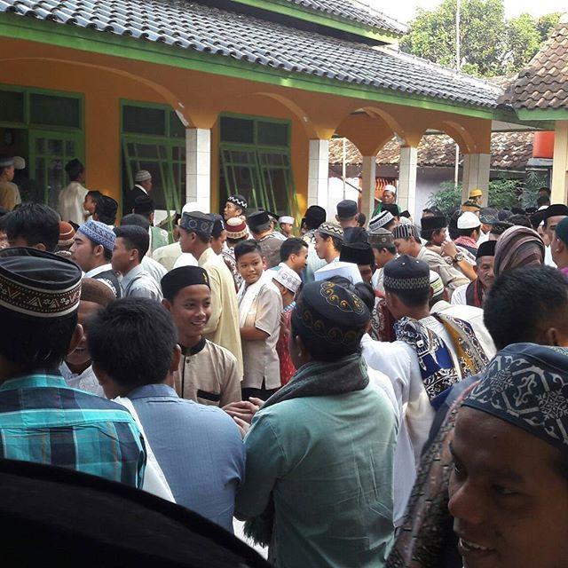 Tradisi Lebaran sekampung di Karawang.Itu ada di Dusun Bengle Desa Pancakarya Tenpuran.Semoga kefitrian diri tercapai.Se...