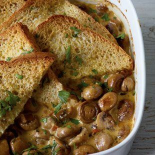 Pilze. Getrocknete Tomaten. Toast. Auflauf.