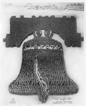 The United States used all patriotic symbols to try to create national unity. The Liberty Bell, which would have sounded after the declaration of independence of the United States, is characterized by a crack that was never repaired. 25,000 soldiers contributed to the spectacle frozen by the photographer.